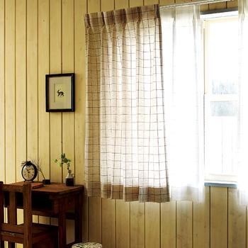 ナチュラルな雰囲気に統一感を出したいなら、カーテンも揃えてみませんか?こんなチェックのカーテンなら、カジュアルで自然な雰囲気を上手に出せますね。