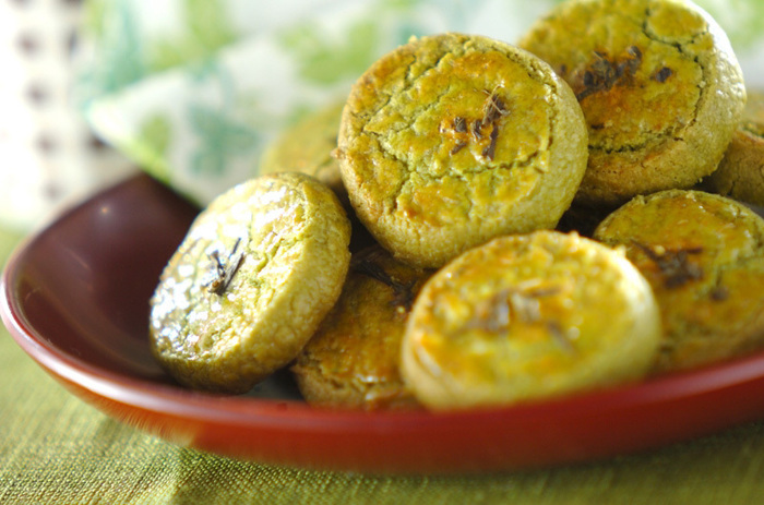 抹茶味のアイスボックスクッキーは、日本茶と一緒に頂きたくなる美味しさ。アイスボックスクッキーは、大体、冷蔵庫で固くなるまで1時間程度冷やしますが、一本ずつラップで包んで冷凍しておけば保存も可能です。