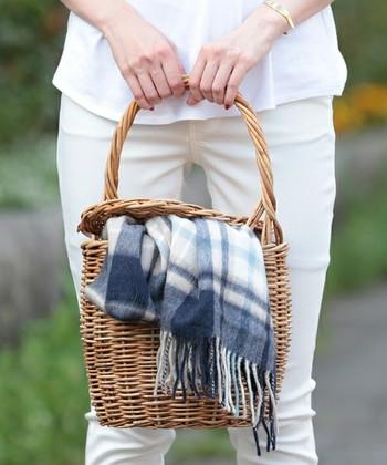 ファッションをナチュラルに飾ってくれるかごバッグ。夏のアイテムになりがちですが、冬だってかごバッグを持ちたいんです♪