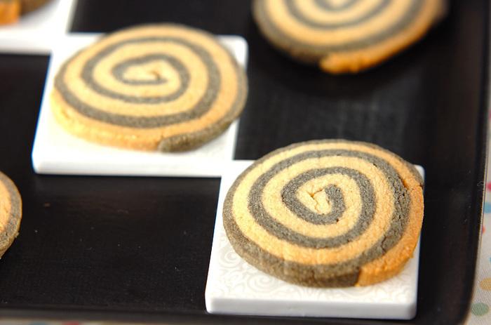 それぞれの生地に練り黒ゴマ、練り白ゴマを混ぜて作ったくるくるクッキー。一見すると、チョコクッキーに見えますが、食べてびっくり!栄養も満点のゴマクッキー是非お試しあれ!