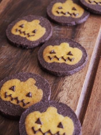 ハロウィンシーズンにおすすめのかぼちゃのアイスボックスクッキー。目と、口はチョコペンで!一枚づつ、お顔の表情を変えてみても楽しいかもしれませんね♪