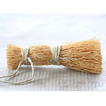鍋の焦げ付きなどを洗い落とすためのブラシ。エニシダというマメ科の植物の根を使っていて、鍋を傷をつけにくいのに、汚れはしっかり落としてくれるスグレモノです。