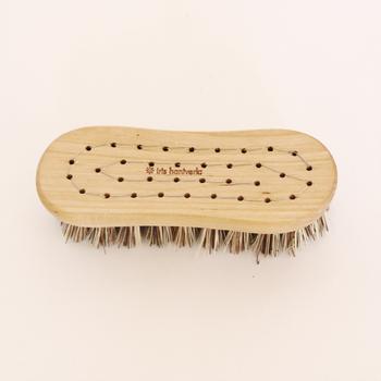 接着剤を使わずに毛をワイヤーで固定する伝統的な製法だから、しっかり留めつけられた毛は抜けにくく、大事に長く使うことができます。