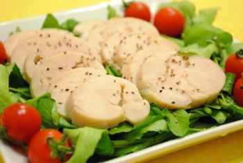 ひそかにブームの鶏ハム。 塩と砂糖をもみ込んで、しっとりおいしく仕上がります。