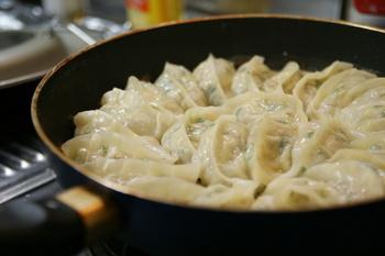破れたりグニャグニャになったり、何かと失敗しがちな焼くときの裏技。それは餃子を入れ火をつけたらすぐに「熱湯」を入れることなんです!餃子の半分の高さまでお湯を入れて、蓋をしてやや強めの中火で蒸し焼きにすれば失敗知らずのおいしい餃子が完成。