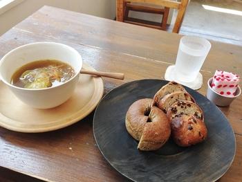 一応イートイン可能です。 スープとパンを食べている人をよく見かけます。