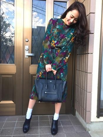 全身ボタニカル柄のワンピースはそれだけで個性光るファッションになります。落ち着いた色合いを選べばまだまだ寒い日でもすんなり馴染みます。