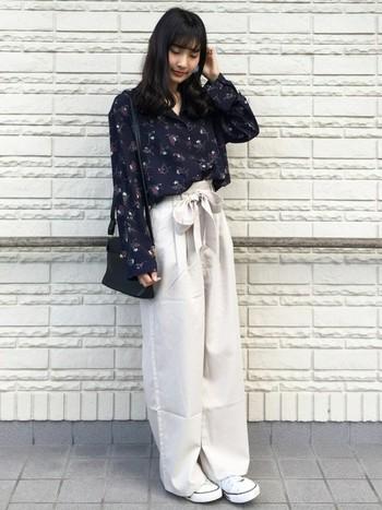 同じシャツでも、白いワイドパンツに合わせるとより大人っぽい雰囲気に。少しずつ春の気配を感じさせるファッションコーデになりますね。