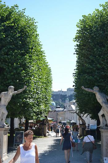 また、映画の『サウンド・オブ・ミュージック』の撮影場所としても有名です。この銅像もそのひとつ。