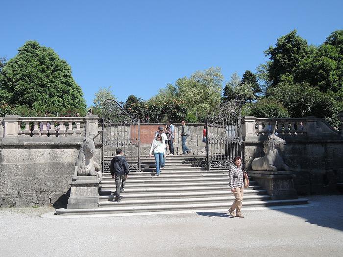 有名な「ドレミの階段」。映画のドレミの歌のシーンでマリアと子供達が歌いながら登った階段です。