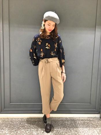レトロな雰囲気のボタニカル柄。ベレー帽と合わせて少しクラシカルな上品ファッションに。