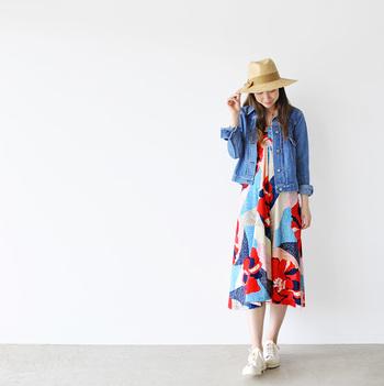 春先の旅行などにはビビットな色使いが新鮮なワンピースも!デニムシャツやジャケットを羽織って。