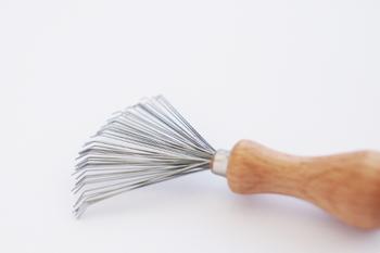 ブラシ部分は、ステンレスフォーク。そして、柄はブナの木。ヘアブラシはもちろん、ペットブラシやお掃除ブラシのお手入れにも重宝します。