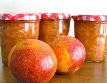 オレンジとレモンを組み合わせた柑橘の爽やかな香りが詰まったジャム。おすすめの食べ方は、ハード系のパンにクリームチーズとジャムを一緒にのせて!