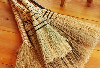 明治時代からの伝統を受け継ぐ松野屋のほうき。柄のついた「和ぼうき」をはじめ、ちょっとしたときにサッと使えるコンパクトな「和小ぼうき」など用途によってさまざまな素材やサイズが選べます。