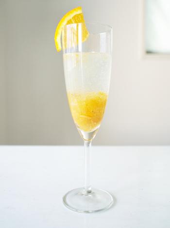 レモンジャムとレモン果汁をソーダで割れば、ノンアルコールカクテルの完成!オレンジのマーマレードでもOK!グラスの淵には柑橘の果実をカットして洒落に演出してみませんか…