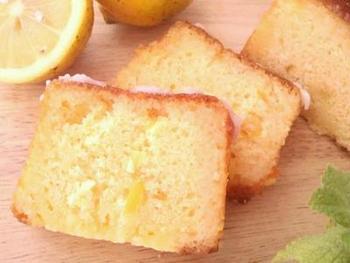 基本のパウンドケーキをレモンジャムでアレンジ!爽やかなレモンの香りが楽しめるティータイムが楽しくなるケーキ。ホームパーティーや、手土産にもおすすめです。