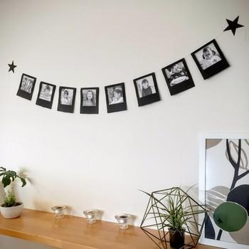 せっかく上手く撮れた写真なら、見せる収納もいいかもしれません。シンプルでナチュラルなお部屋にはシックな黒画用紙で、フォトガーラントを作ってみてはいかがでしょう?