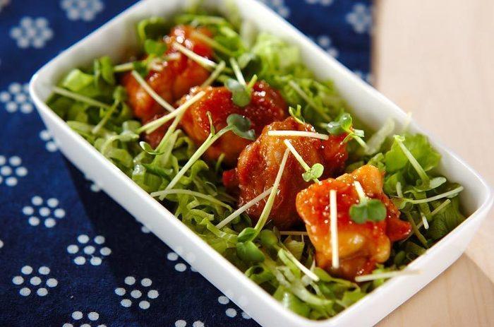 マーマレードの爽やかな酸味とお肉の相性は抜群!たっぷりのお野菜と一緒に頂くおかずサラダ。フライパンひとつで簡単に出来るので、是非!作ってみてはいかがでしょうか。