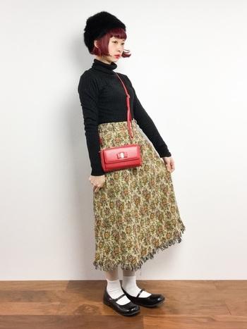 レトロな色合いの個性的な花柄スカート。ボリュームがあるスカートにはタイトなトップスを合わせて。コンパクトな真っ赤なバッグが効いています。