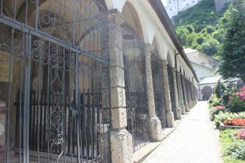 「聖ペーター僧院教会」にある墓地「ペータースフリートホーフ」。トラップ大佐一家の逃亡シーンで使われた場所です。
