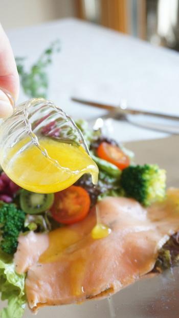 魚介のカルパッチョや、温野菜のサラダ、お肉やお魚のグリルにピッタリのドレッシングのご紹介です。今回のレシピでは、マーマレードジャム使用していますが、ブルーベリージャムでも、美味しく出来ます。爽やかなフルーティードレッシング、おうちで手作りして、手軽に楽しんでみて下さいね!