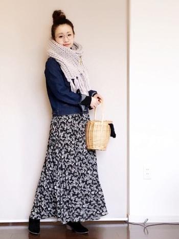 小花柄のふんわり揺れるスカートにはコンパクトなトップスを合わせて。ボリューミーなマフラーを合わせて防寒対策も忘れずに。