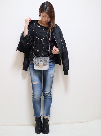花柄のチュール刺繍。オトナ女子が着こなせばととても上品な雰囲気に。MA-1を羽織れば甘辛MIXの完成です。