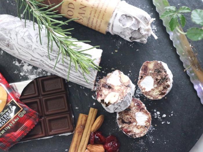 ビスケットやチョコやナッツなどがたっぷり入ったチョコサラミ。切り分けるスイーツで、ワックスペーパーで包んでラッピングすれば、保存もきいてとっても便利。デリで購入してきたかのようにとってもおしゃれです。