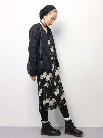 花柄ワンピでも、全身黒で合わせるとこんなかっこいい着こなしも可能です。ワンピースの下にデニムとヒールを合わせても素敵ですよ。