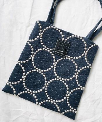 小さなバッグをハンドルに掛けて、アウトバッグとして持つ方法もおすすめです♪