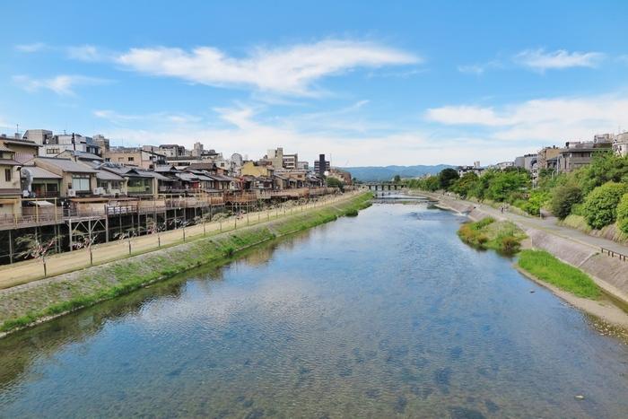 出発までまだ数時間あるという方にお勧めしたいのが、京都駅から徒歩で15分ほどの所にある、お散歩に最適な鴨川沿いや国宝三十三間堂近くのカフェ。 三十三間堂は勿論のこと、その脇にある養源院も俵屋宗達の出世作となった白象の襖絵など見どころ満載の素晴らしい寺院ですので、お見逃しなく♪