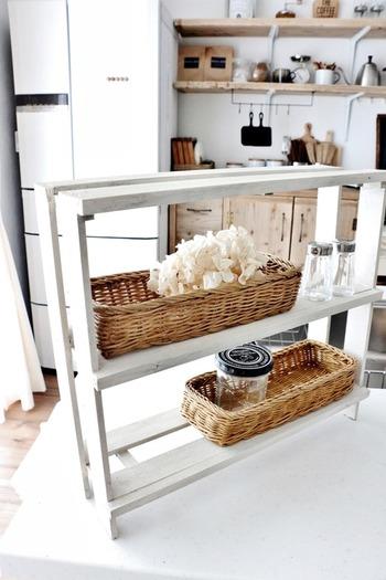 小さめの調味料棚は、小さいすのこを組み合わせてつくります。隙間も上手に活用できそうです。