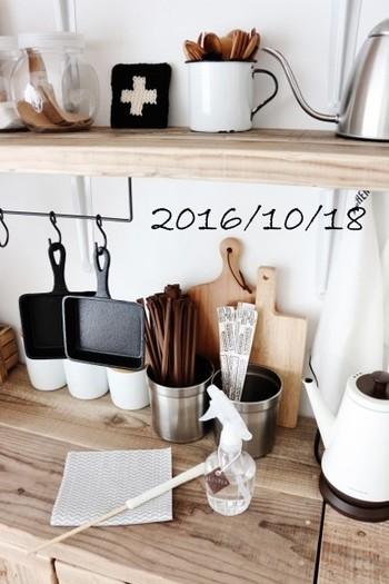スキレットもこんな風に掛けて収納をすることで、カフェのようなキッチンになりますね。  ※画像はイメージです。