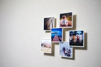 お部屋がグッとオシャレになる「壁から浮いたように見えるスクエアフォトフレーム」も素敵です。インスタの写真を印刷して飾ってもいいですね。