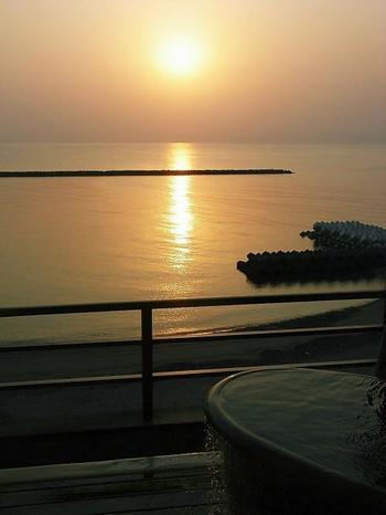 客室の露天風呂から見えるのは、錦江湾の美しい水平線。季節や時間帯によって様々な景色を見せてくれます。二人きりでゆっくりしたい夫婦やカップルにぴったりのお部屋ですよ。