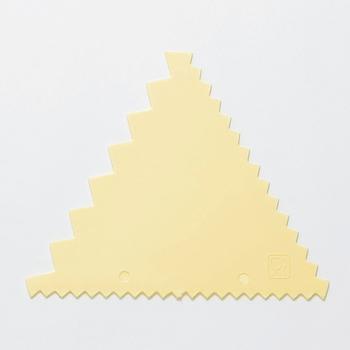 滑らせるだけで均等な縞模様を描くことができるデコレーションコーム。手作りチョコの模様付けや、飾り用のチョコレートを作る時にも使えますよ。