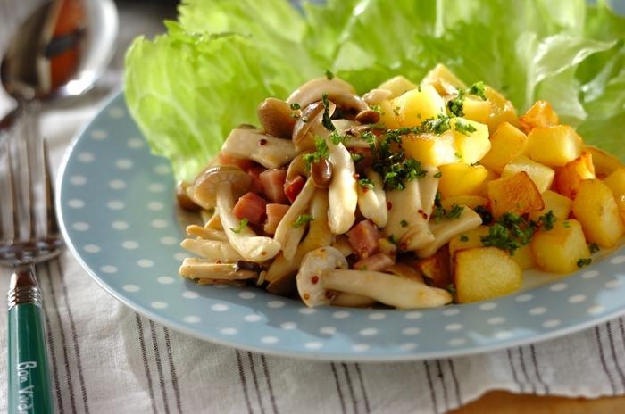 ほっくりじゃがいもときのこのホットサラダです。メープルマスタードのソースとベーコンの塩味が絶妙!
