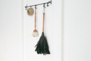 素敵なお掃除道具なら、いっそインテリアとしておしゃれに飾ってしまいましょう!壁のフックにかけておけば、気がついたときにさっと使えて実用的でもあります。