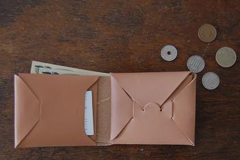 デザインがとてもステキ。差し込みの形になっている小銭入れとカードポケット。iroseらしい目を惹くアイテムですね。