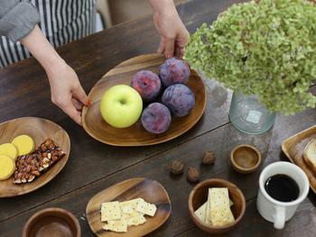 もっと手軽に取り入れるなら、木製の食器はいかが?手にしっくりなじんで、食卓もぬくもりある雰囲気に。