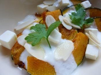 ほっくりかぼちゃとヨーグルトクリームのホットサラダ。酸味が強い場合は、お砂糖や蜂蜜をプラスして下さい。
