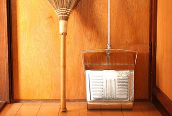 日暮里にお店を構える松野屋さんには、気取らない昔ながらのリーズナブルな生活雑貨がズラリ。お近くの方は、立ち寄ってみてはいかが?レトロ感漂う掃除道具はほっこりした気分になれそう。