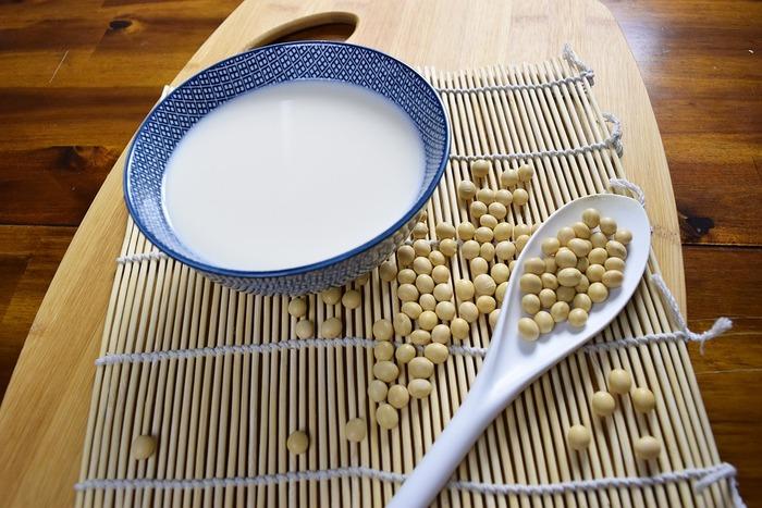 「無調整豆乳は飲みにくい」 そんなふうに思っている方も多いのではないでしょうか? しかし実は無調整豆乳には、調製豆乳に比べて良い点がたくさんあるんです。