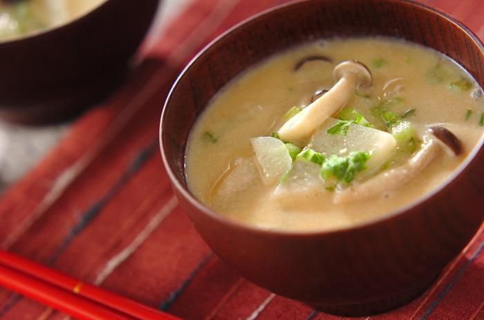 ■カブの豆乳仕立てのみそ汁■ いつものお味噌汁に豆乳をプラスするだけでまろやかな味わいに。カブの葉も使って丸ごと無駄なく味わいましょう。