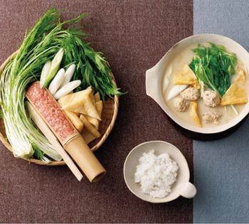 ■鶏だんご豆乳鍋■ 豆乳の優しい味わいがじんわりとしみ渡る豆乳鍋。軟骨入りの鶏だんごはコリコリ食感が楽しめます。
