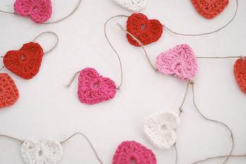 編み物好きなら、クリスマスに思いを馳せながらつくりあげるのも良いですね。ハートの他にも、星型に挑戦してみたりして♪クリスマスカラーで丸を編むのも素敵です。