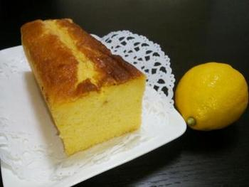 レモンをしっかりと味わいたいなら、皮も果汁もたっぷり使うレモンケーキに決まり!レモンの甘酸っぱさが詰まった、どこか懐かしい味わいです。