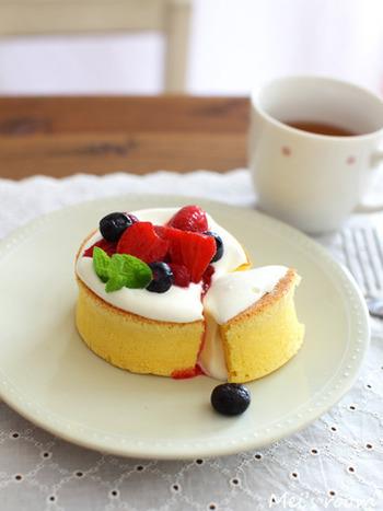 ■ふわふわパンケーキ■ 無調整豆乳を加えた冷めても美味しいふんわりパンケーキ。セルクルを使って分厚く焼いて、フルーツをトッピングすればカフェスイーツのように♪