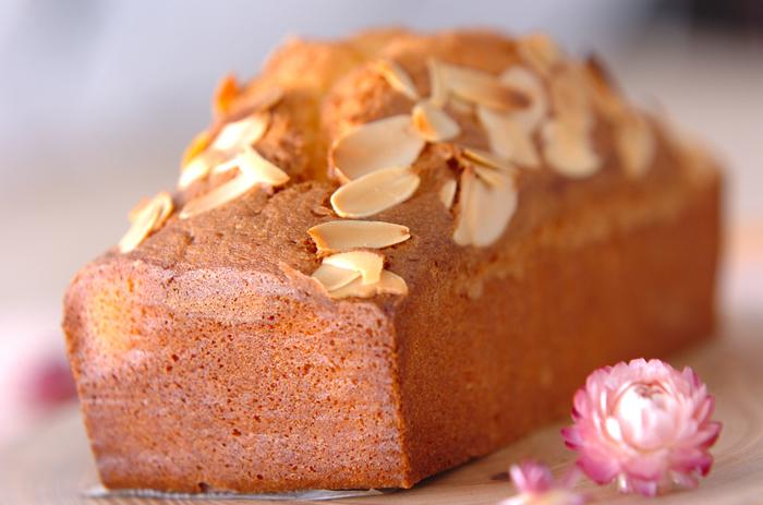 お店顔負けの本格派パウンドケーキのレシピです。食感が楽しいレモンピールも忘れずに入れて。ホームパーティーなどのお土産にしても喜ばれそうです。